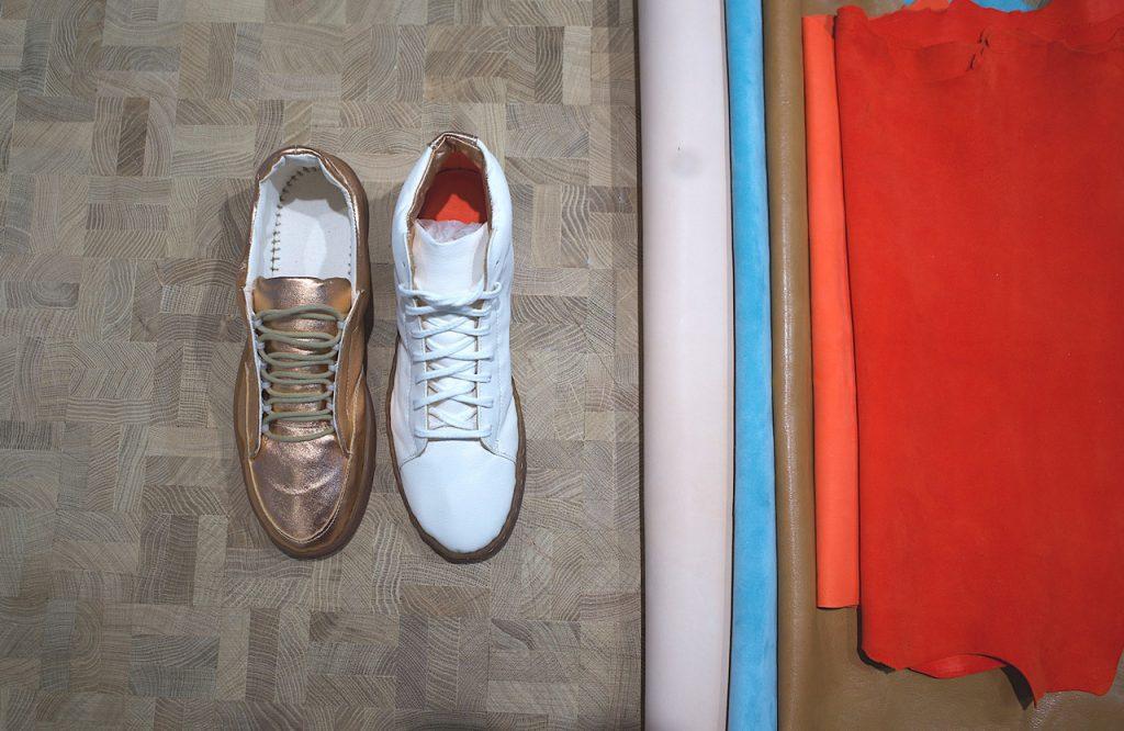 Sneaker gold und weiss