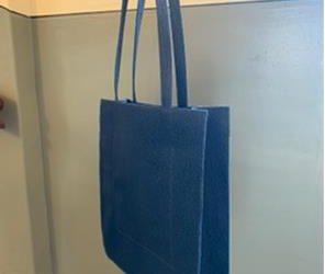 Eine geometrische Tasche mit Ecken und Kanten